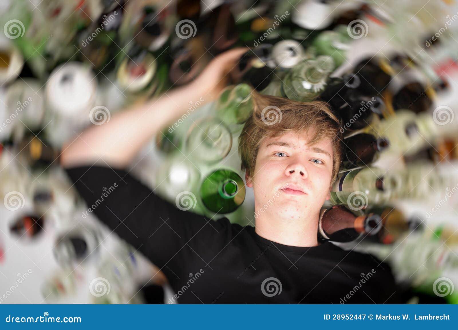 Osamotniony i desperacki - portret młodego człowieka mężczyzna z nałogów problemami