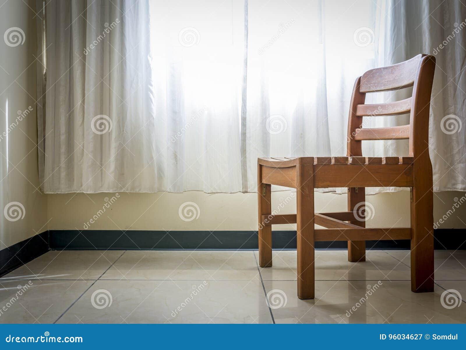Osamotniony krzesło w empthy pokoju