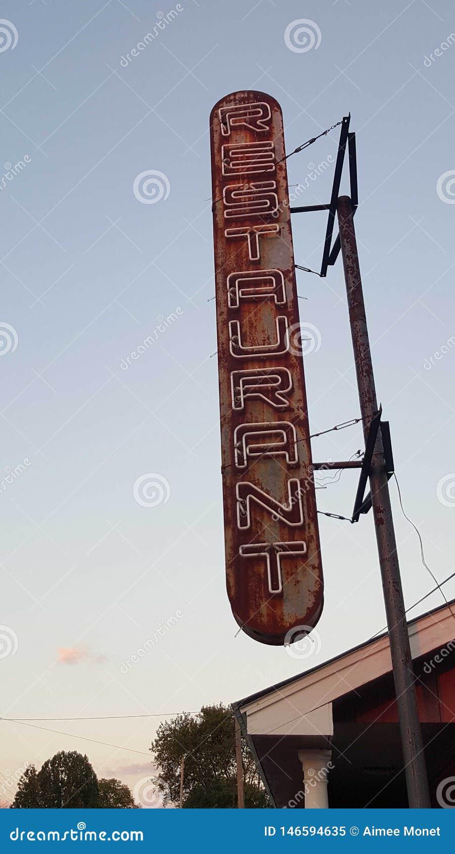 Osamotniony rocznik restauracji znak