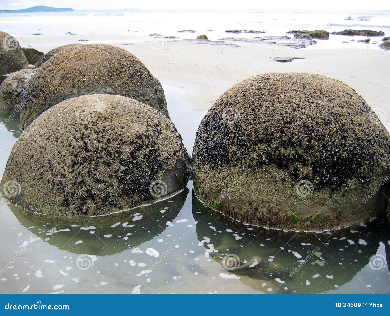 Oscile los cantos rodados en agua a lo largo de la costa