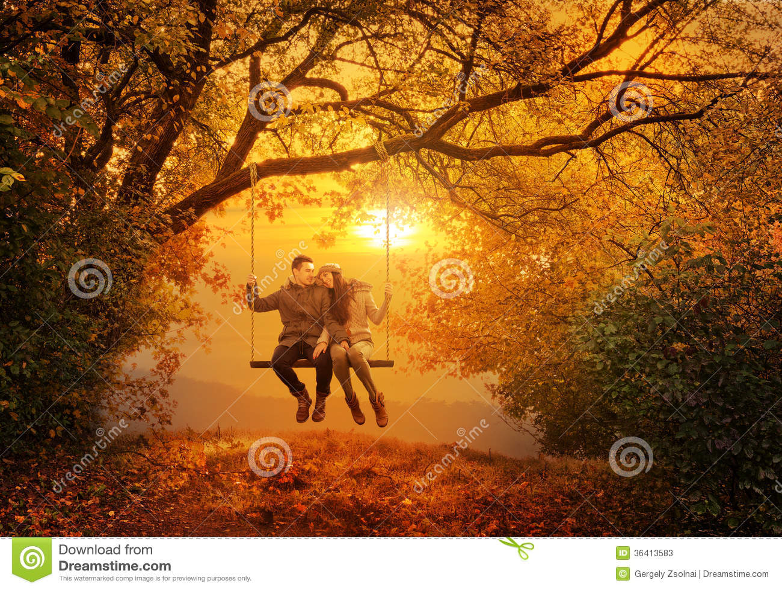Oscillation romantique de couples en parc d automne