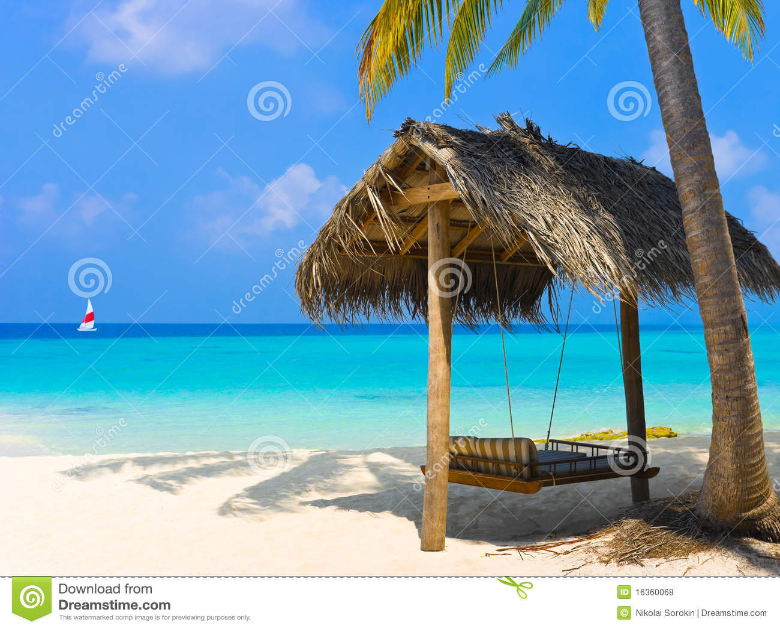 Oscillation sur une plage tropicale