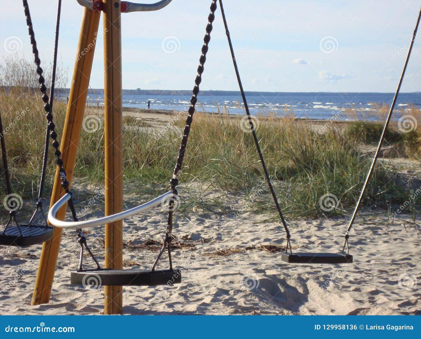 Oscillazioni vuote sulla spiaggia sabbiosa Autunno