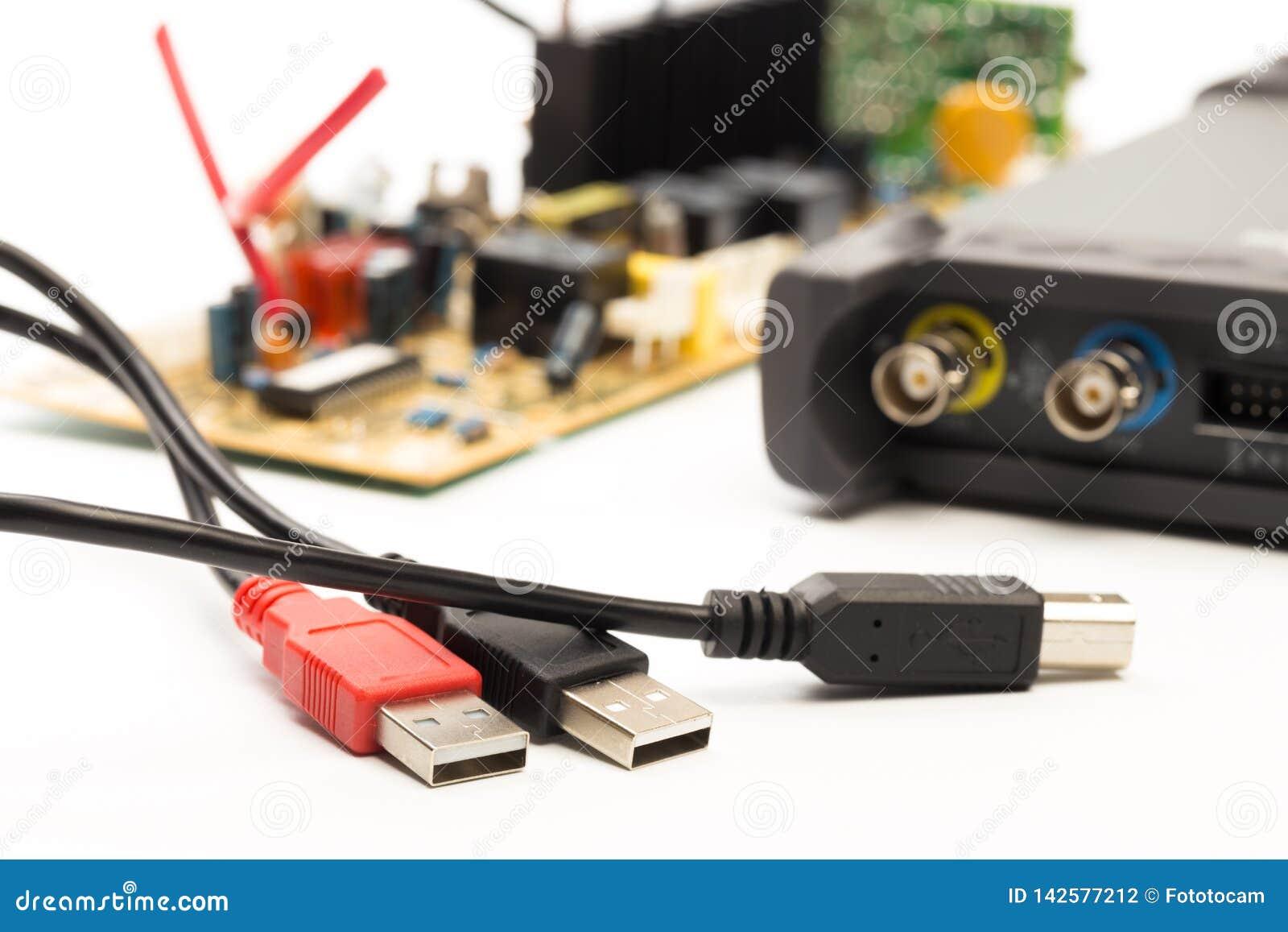 Osciloscópio moderno do sinal digital no branco
