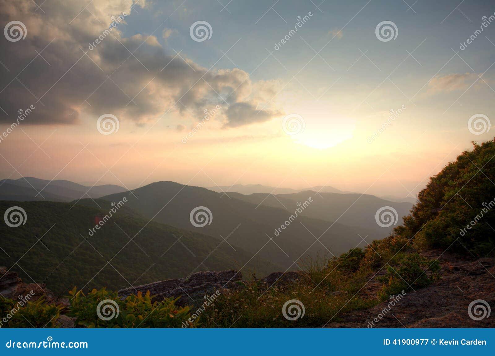 Oscuridad encima de la montaña