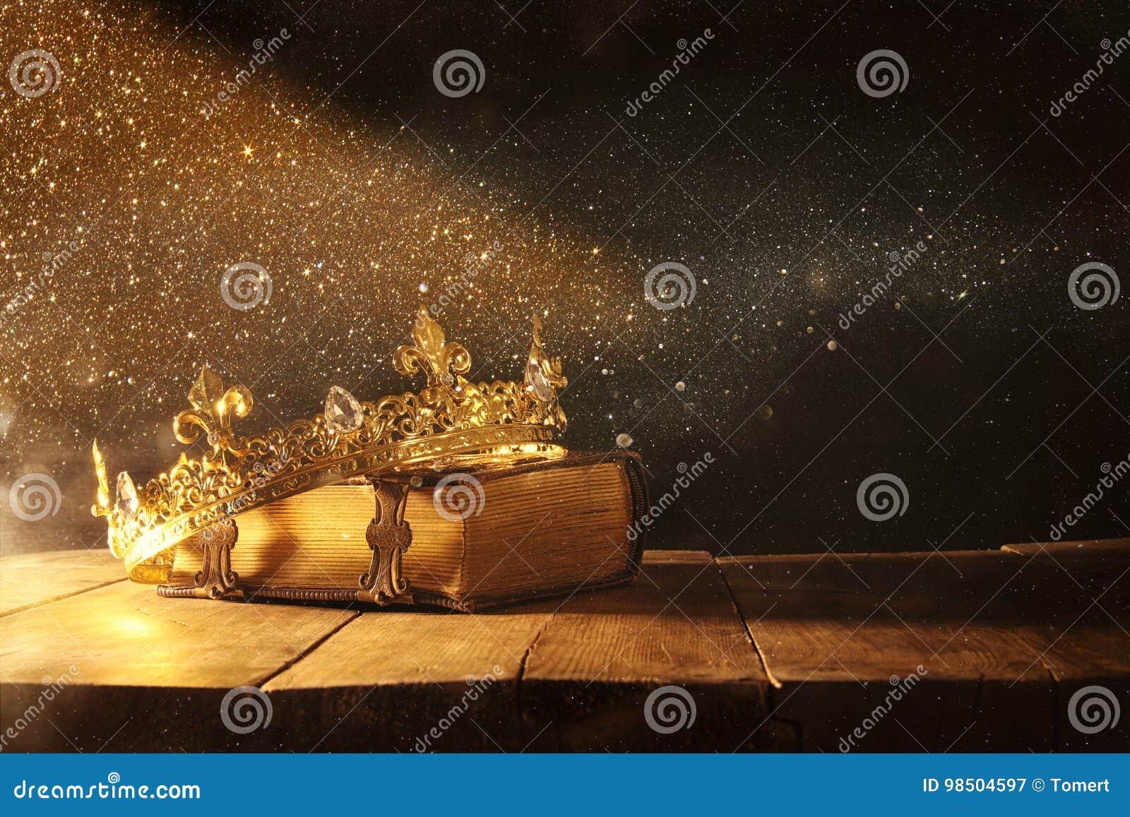 Oscuro de reina/de la corona del rey en el libro viejo Vintage filtrado período medieval de la fantasía