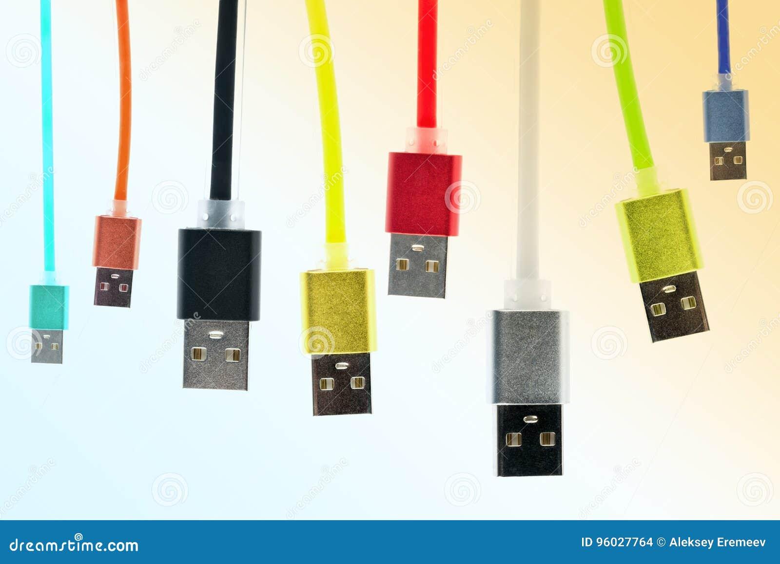 Osiem stubarwnych usb kabli wieszają pionowo, na gradiencie, zabarwiającego tło Rodzina jednoczy przyszłościowe technologie