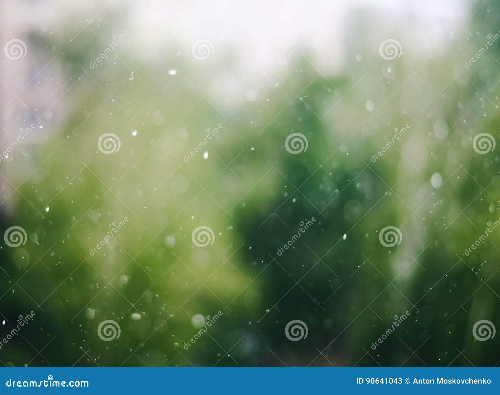 Oskarpa regndroppar på bakgrund för abstrakt begrepp för fönsterexponeringsglas