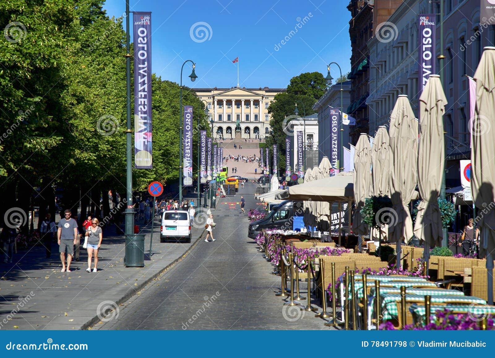 OSLO, NORVÈGE - 17 AOÛT 2016 : La rue principale Karl Johans d Oslo de promenade de personnes au centre avec Royal Palace à l arr