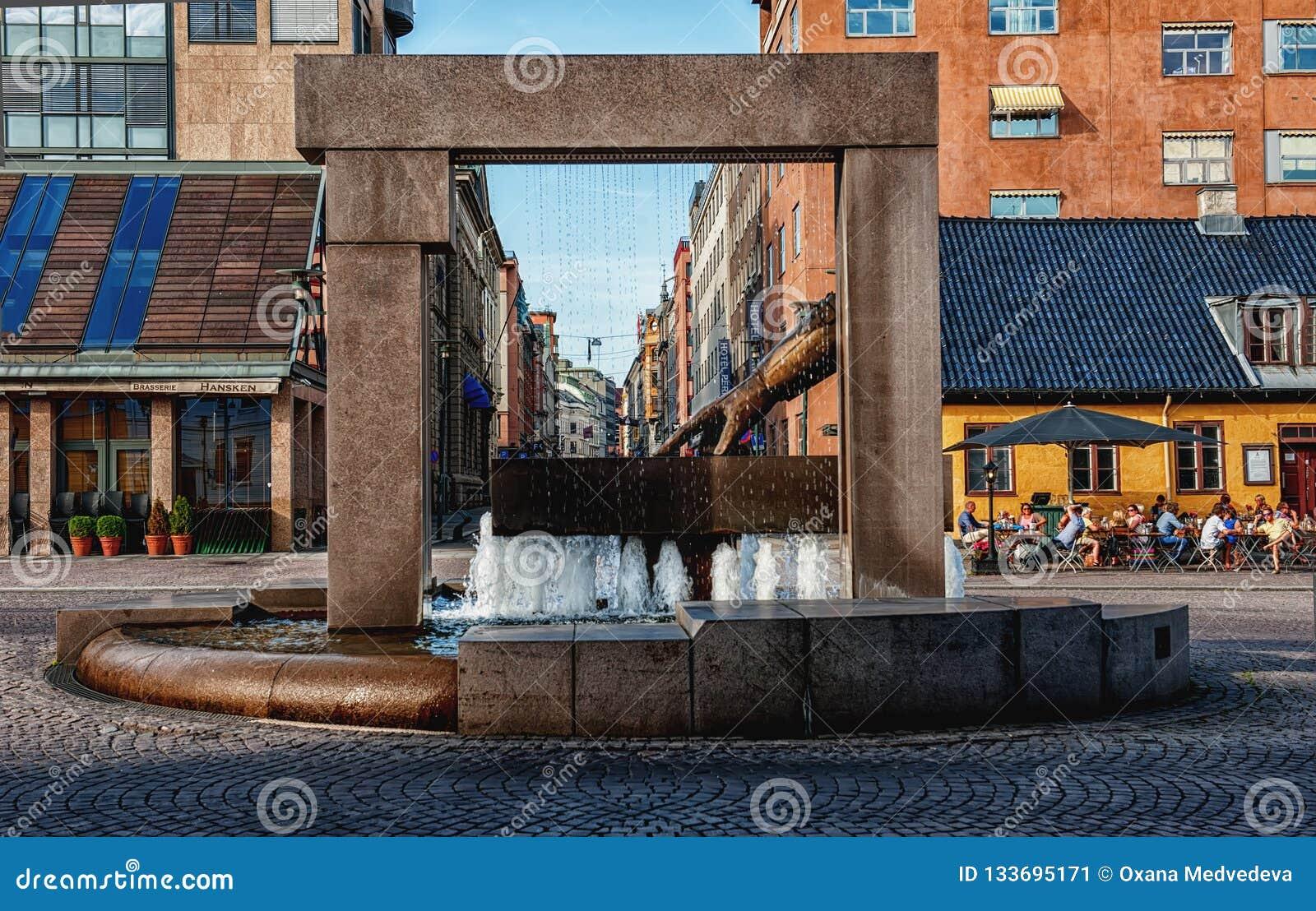 OSLO, NORVEGIA - 26 LUGLIO 2013: Guanto della fontana di Hansken con una scultura della mano di re Christian IV, indicante la pos