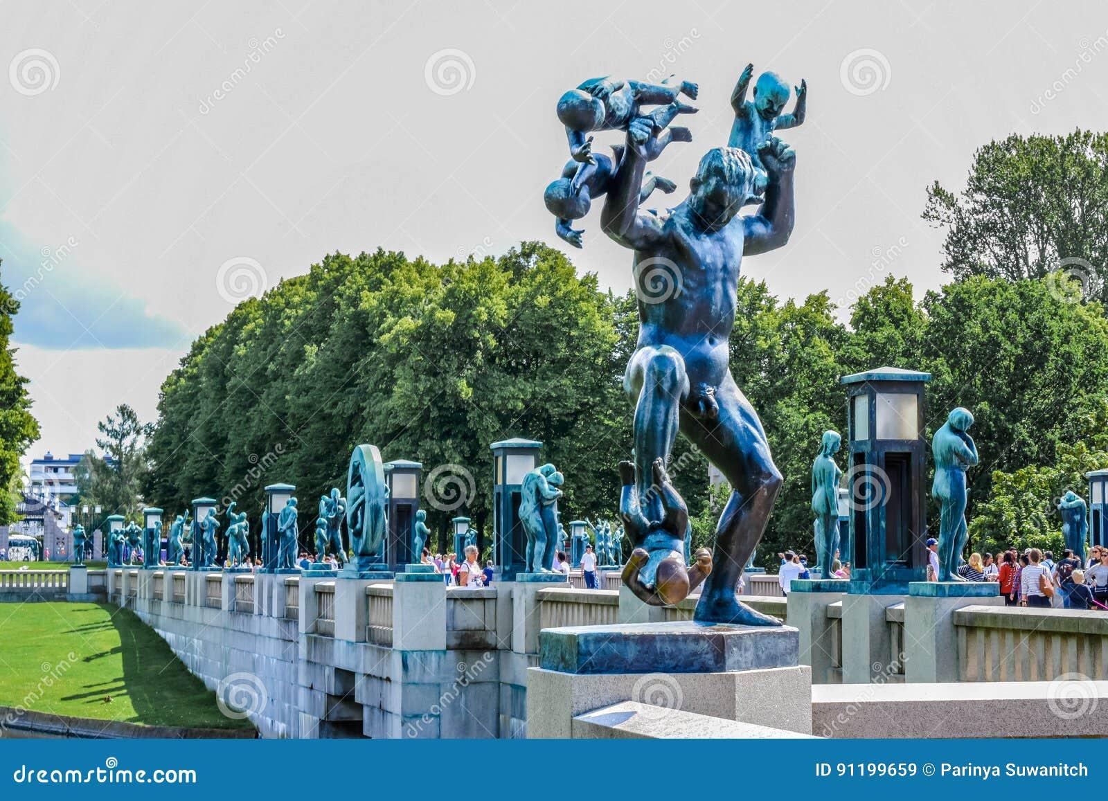 OSLO NORWEGIA, LIPIEC, - 2015: Scultpure statuy i fontanna w Vigeland Scultpure parku w Oslo, Norwegia