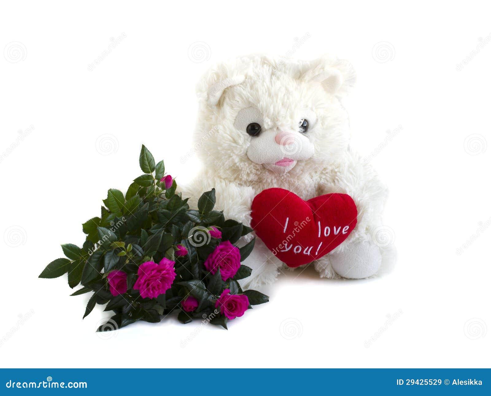 Oso de peluche, corazón rojo del terciopelo y ramo de rosas en un ...