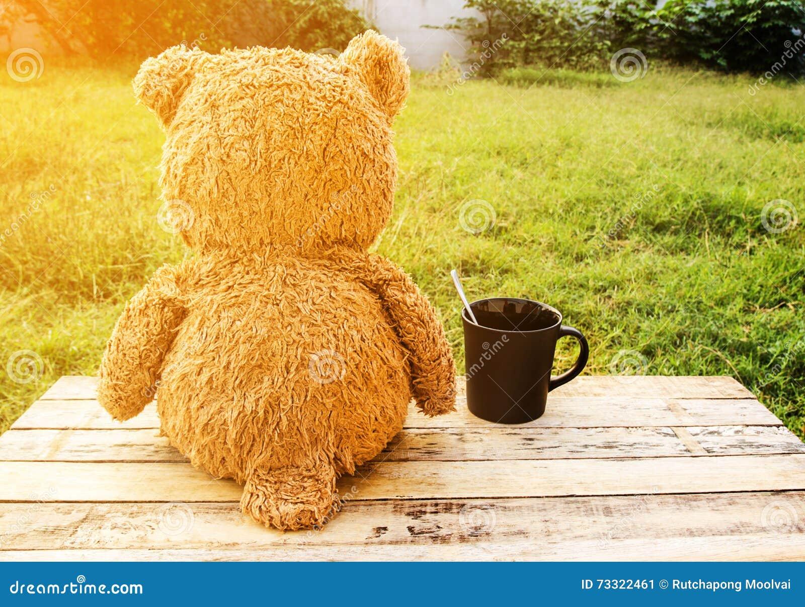 Oso de peluche dulce con la taza de café