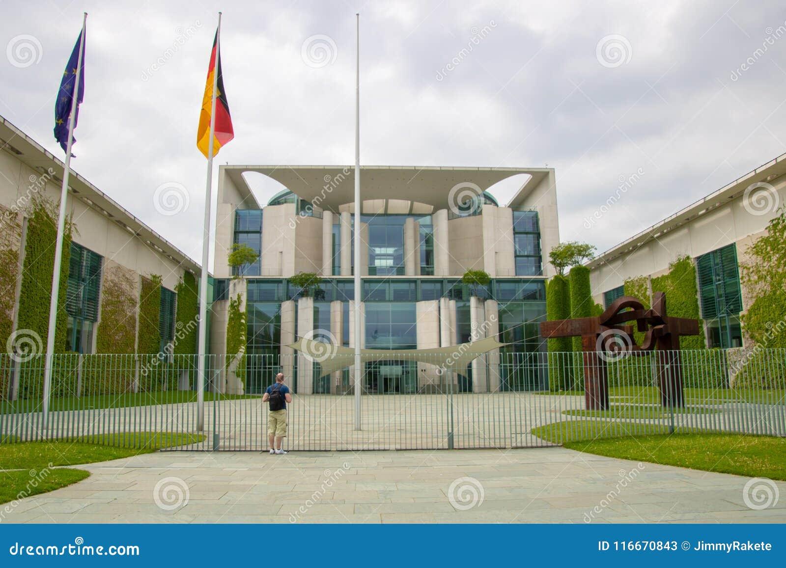 Osoba patrzeje federacyjny chancellerey bundeskanzleramt wewnątrz