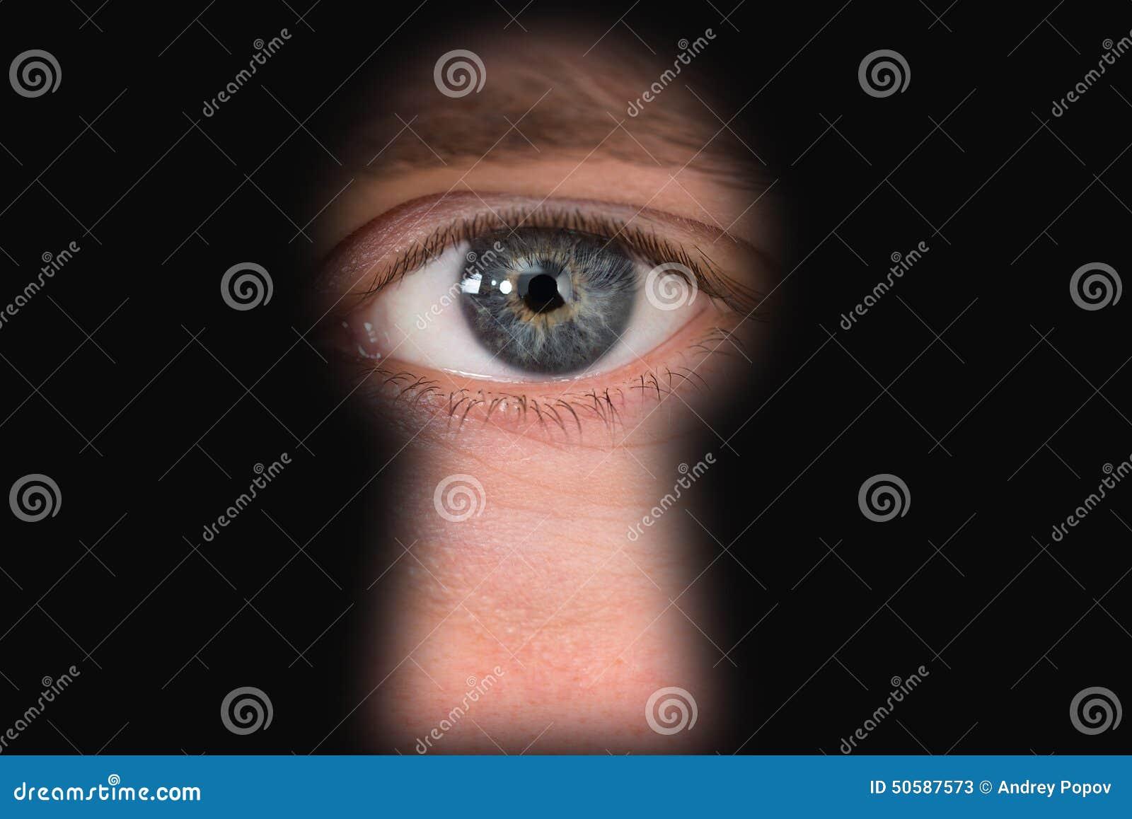 Osoba patrzeje przez keyhole
