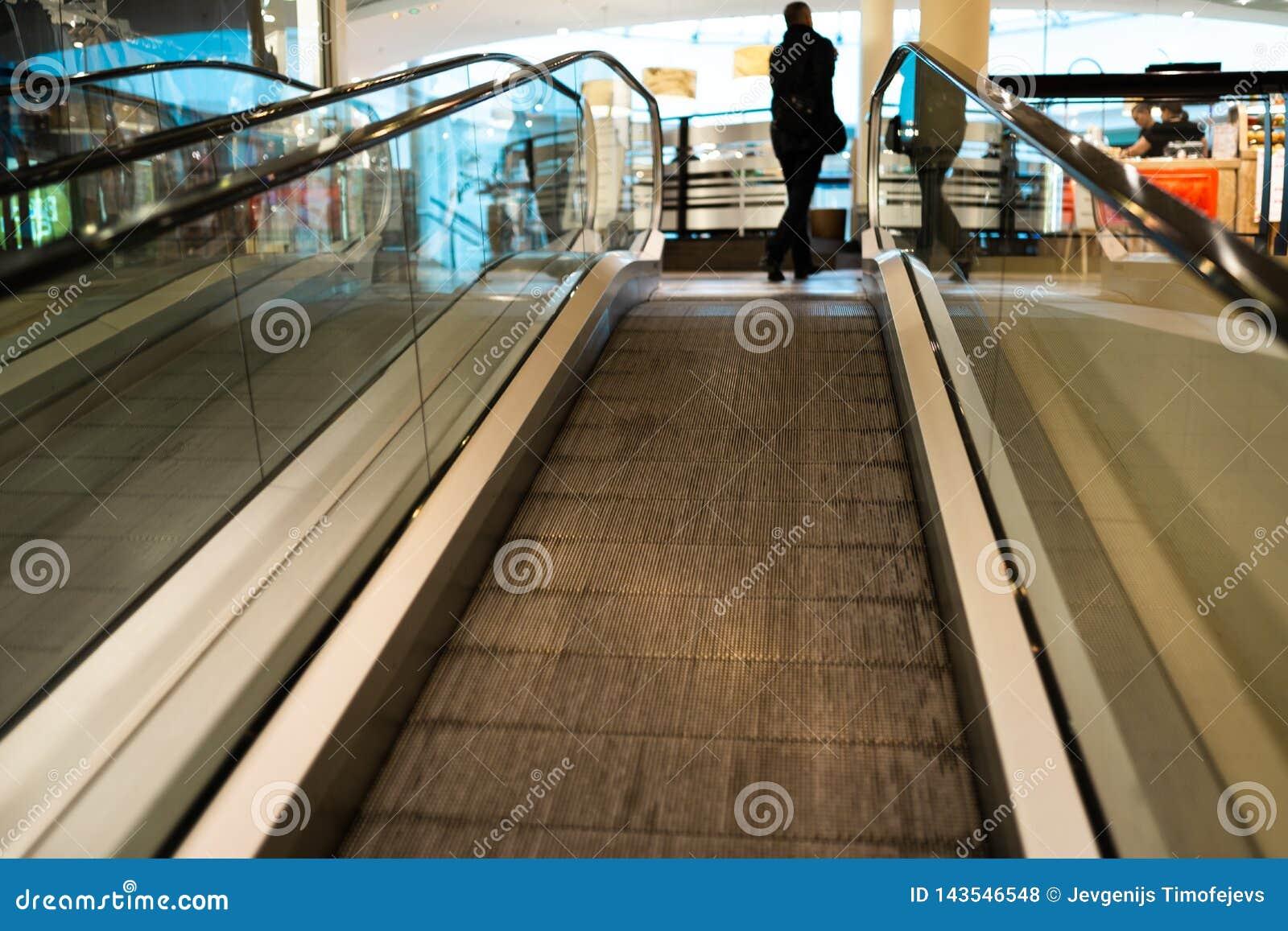 Osoba pośpiech na eskalatoru ruchu zamazywał w tle