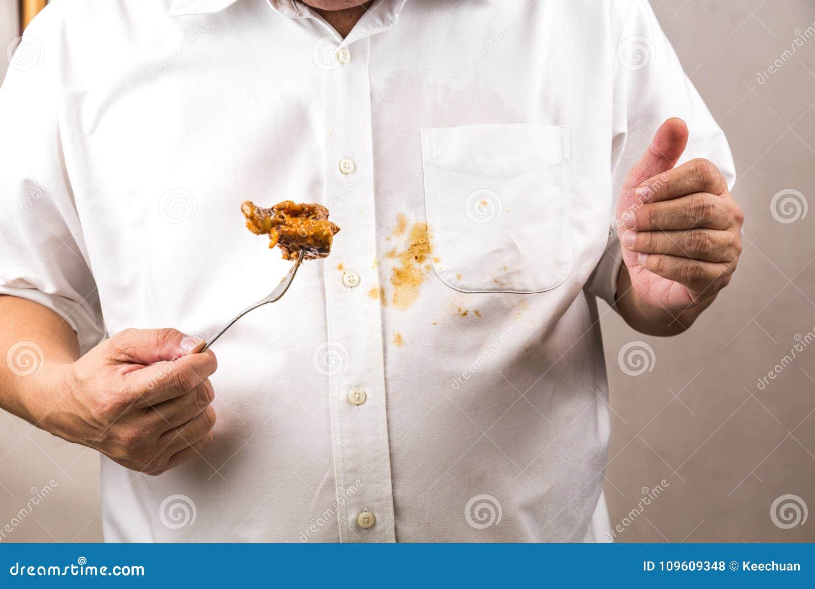 Osoba przypadkowo rozlewał curry plamę na białej koszula
