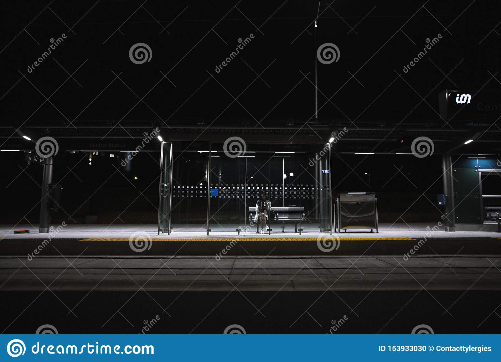 Osoby obsiadanie przy przystankiem autobusowym przy nocą Wszystko Samotnie Póżno
