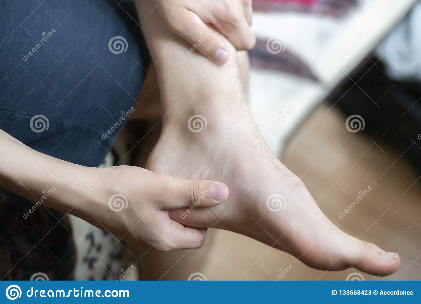 Osoby ręki dotyk kostka, czuje kość ból f