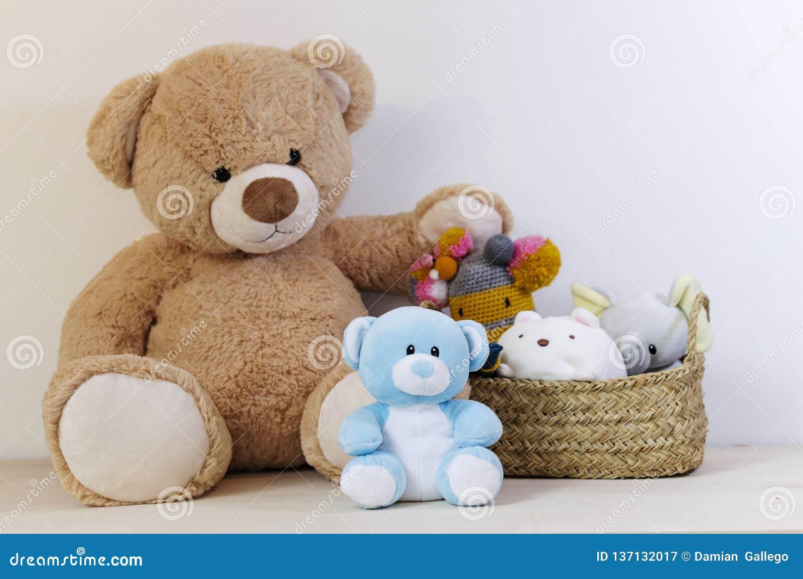 Osos de peluche con juguetes y cesta rellenos