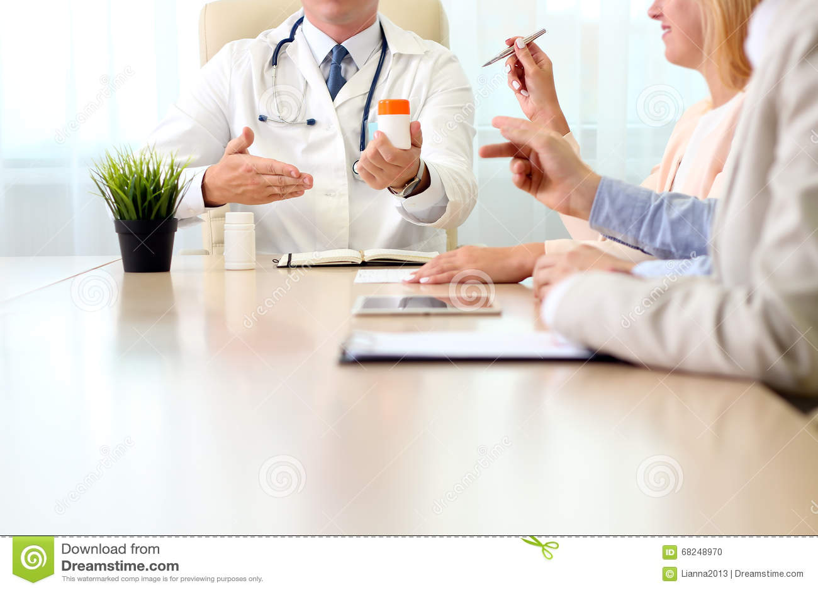 Ospedale, concetto medico di istruzione, di sanità, della gente e della medicina - aggiusti la mostra dei meds al gruppo di medic