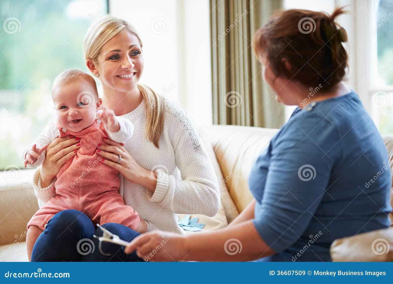 Ospite di salute che parla con madre con il giovane bambino