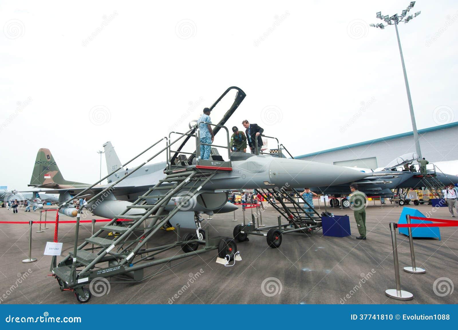 Elicottero Falco : Ospiti che provano un aereo da caccia a singapore airshow