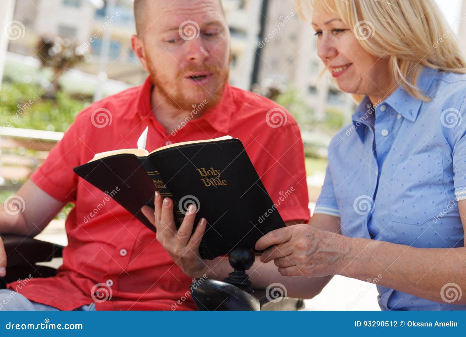 Oss som studerar den heliga bibeln