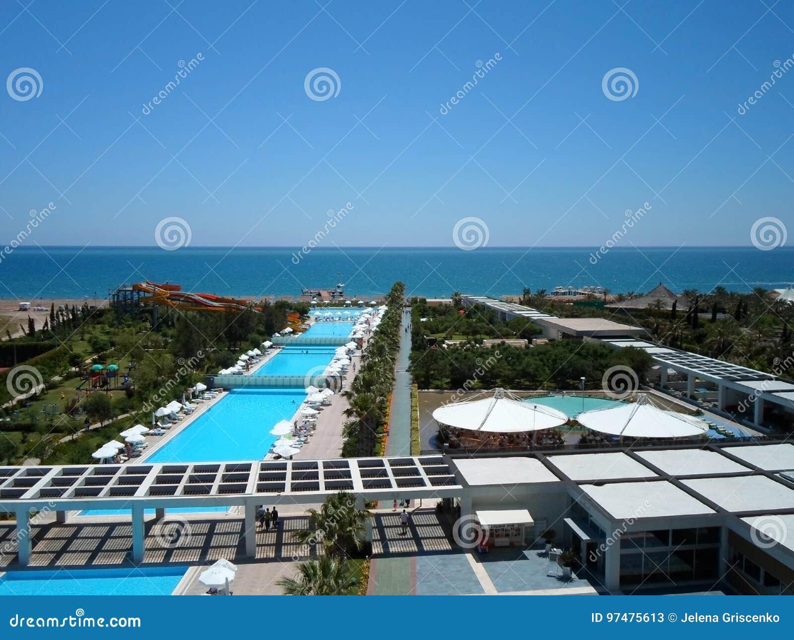 Osservi dal balcone degli hotel al territorio a Adalia un giorno soleggiato