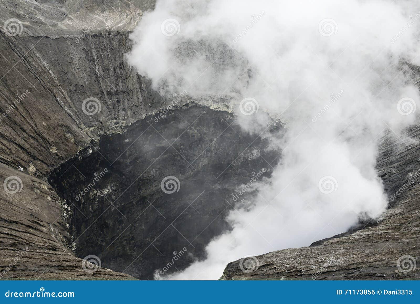 Osservi dentro il cratere del vulcano attivo al Mt Bromo, parco nazionale di Tengger Semeru, East Java