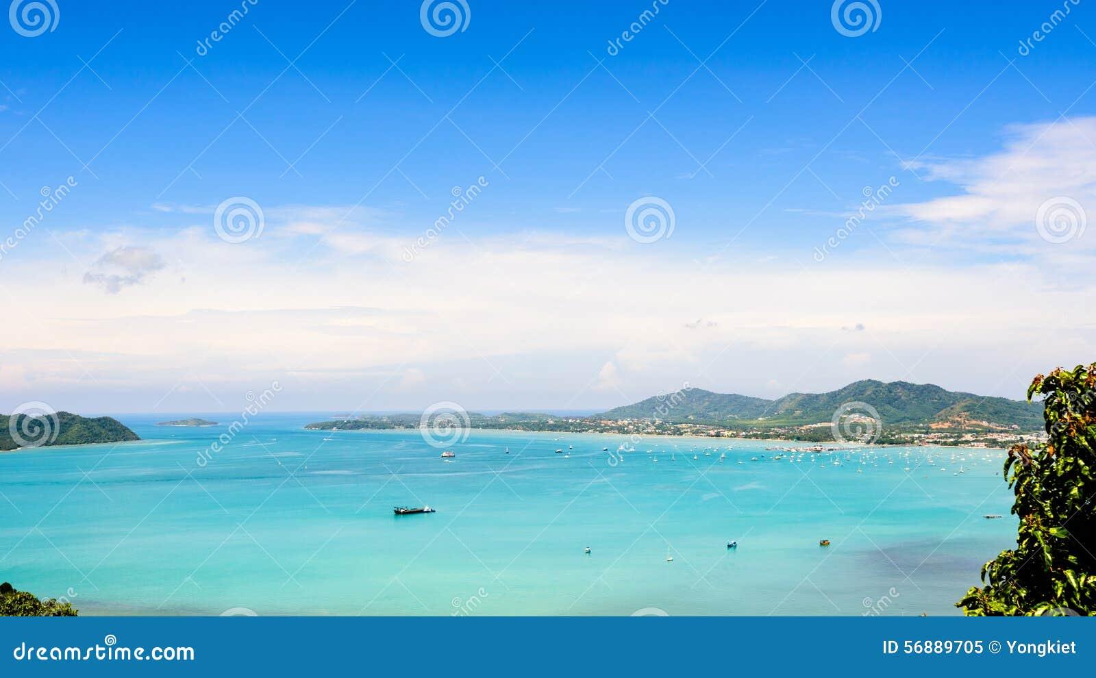 Osservi il cielo blu sopra il mare delle Andamane a Phuket, Tailandia