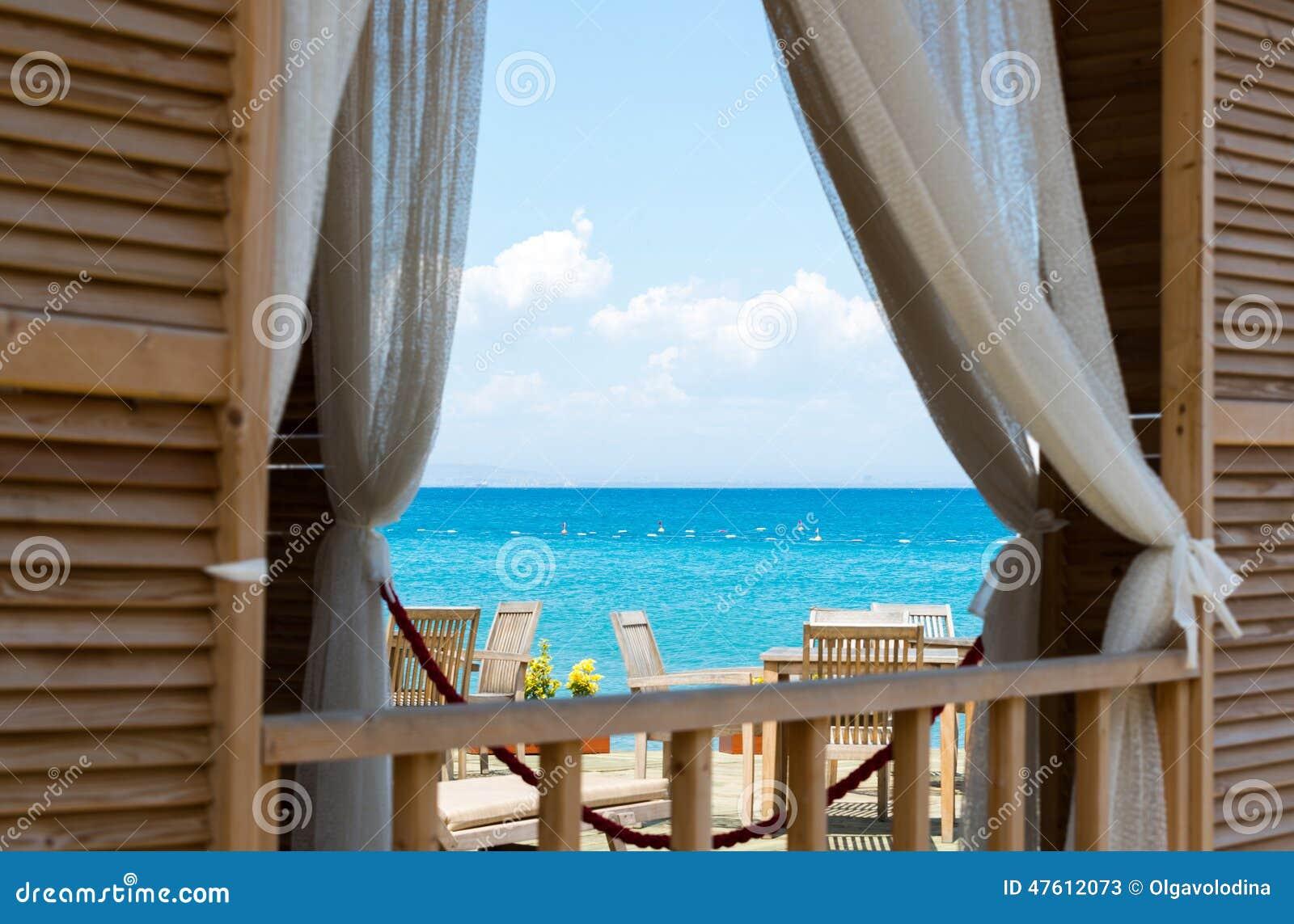 Osservi il mare dalla finestra della camera fotografia - Spiate dalla finestra ...