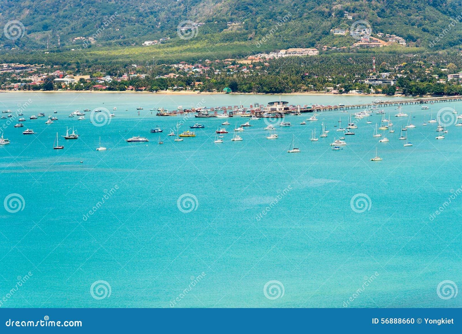 Osservi il mare ed il pilastro per la barca di viaggio nell isola di Phuket, Tailandia