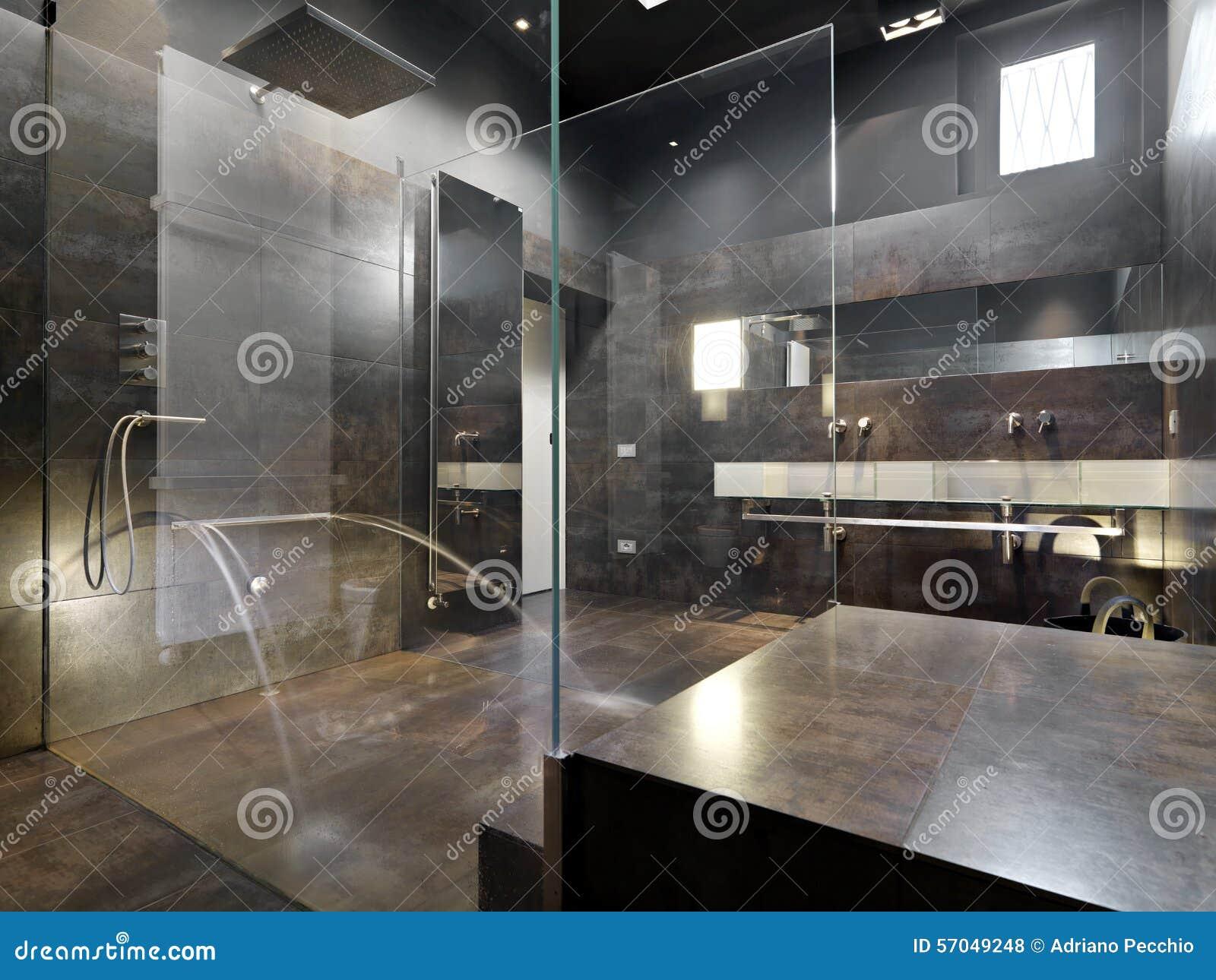 Osservi una grande doccia della muratura nel bagno moderno for Design moderno della cabina