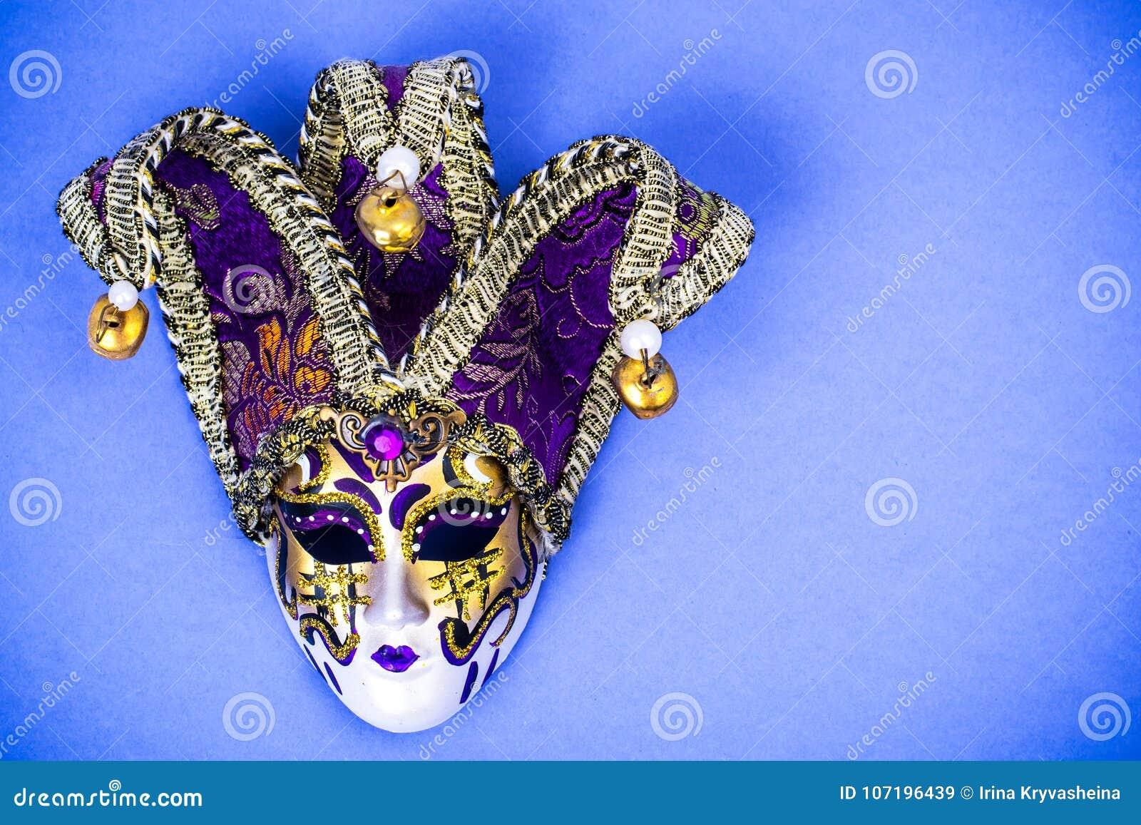 Ostatki festiwal Luksusowa maskaradowa Wenecka karnawał maska na purpurowym tle