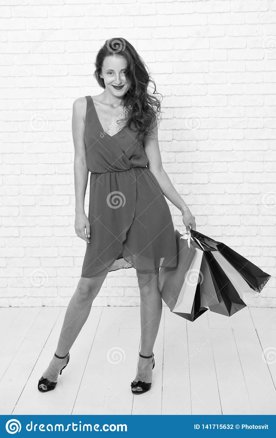 Ostatnie przygotowania duża sprzedaż w zakupy centrum handlowym r Szczęśliwa kobieta iść robić zakupy szczęśliwy zakupy