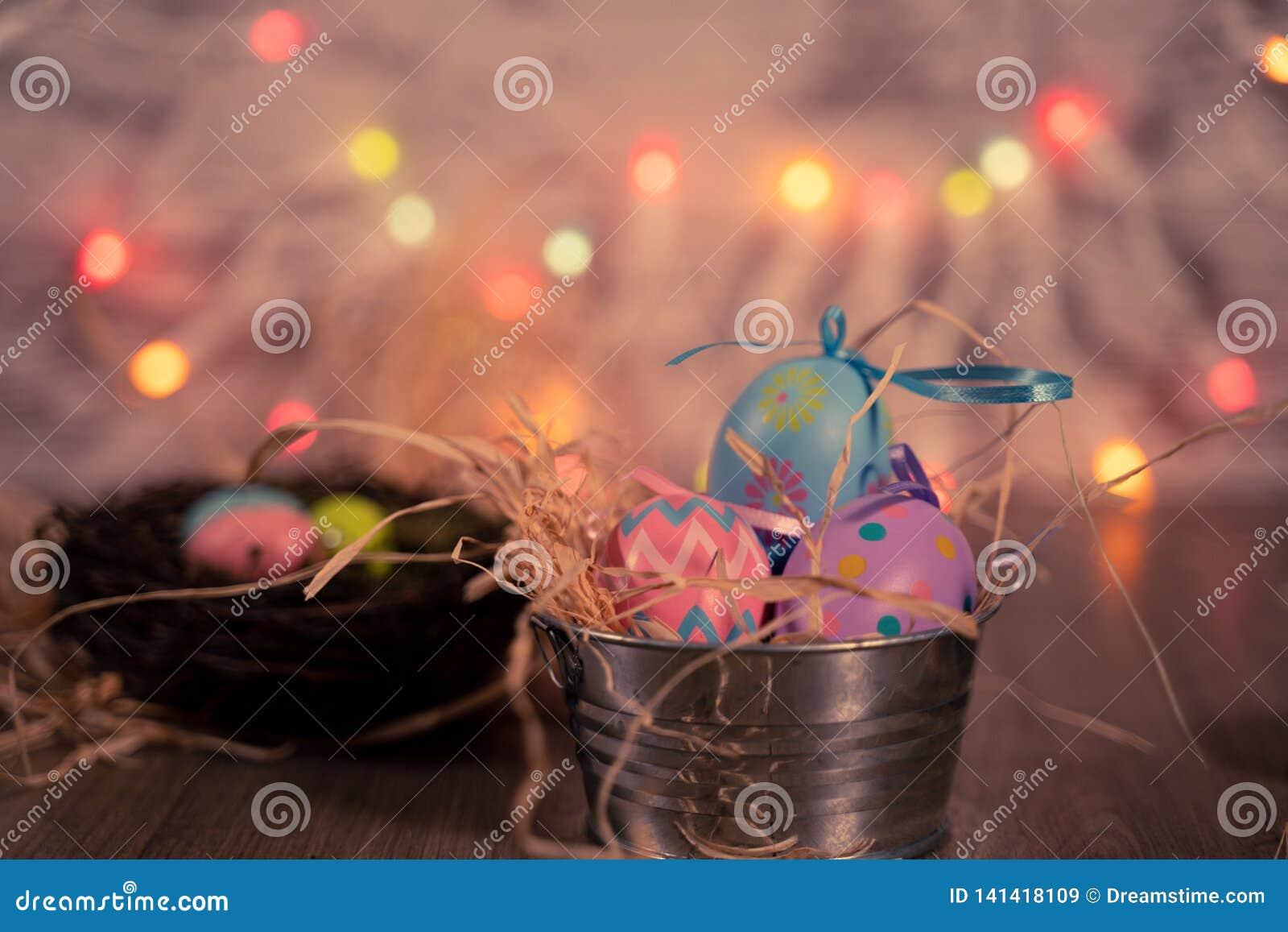 Ostereier auf Strohbett in der Blechdose und dem Nest
