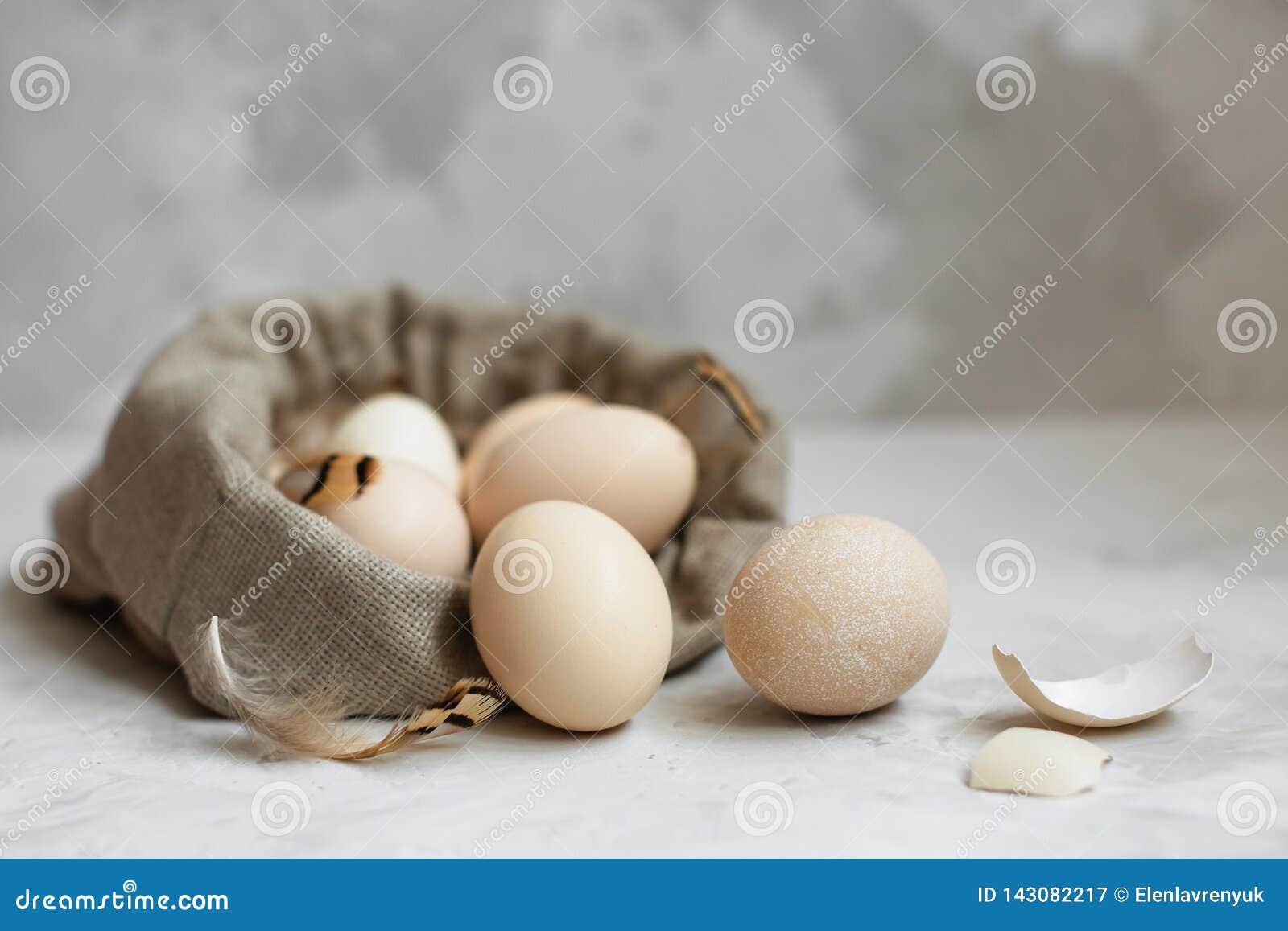 Ostereier in einer Segeltuchtasche auf einem grauen Hintergrund