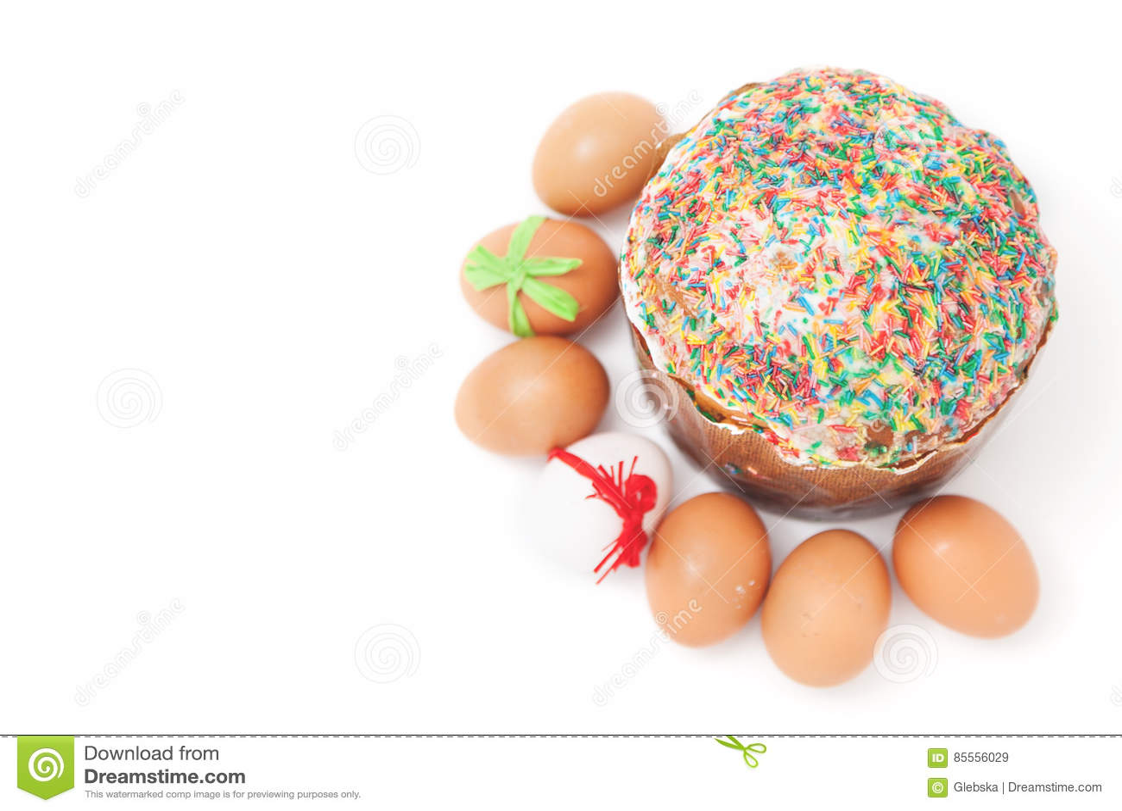 Ostereier liegen um Kuchen auf weißem Hintergrund