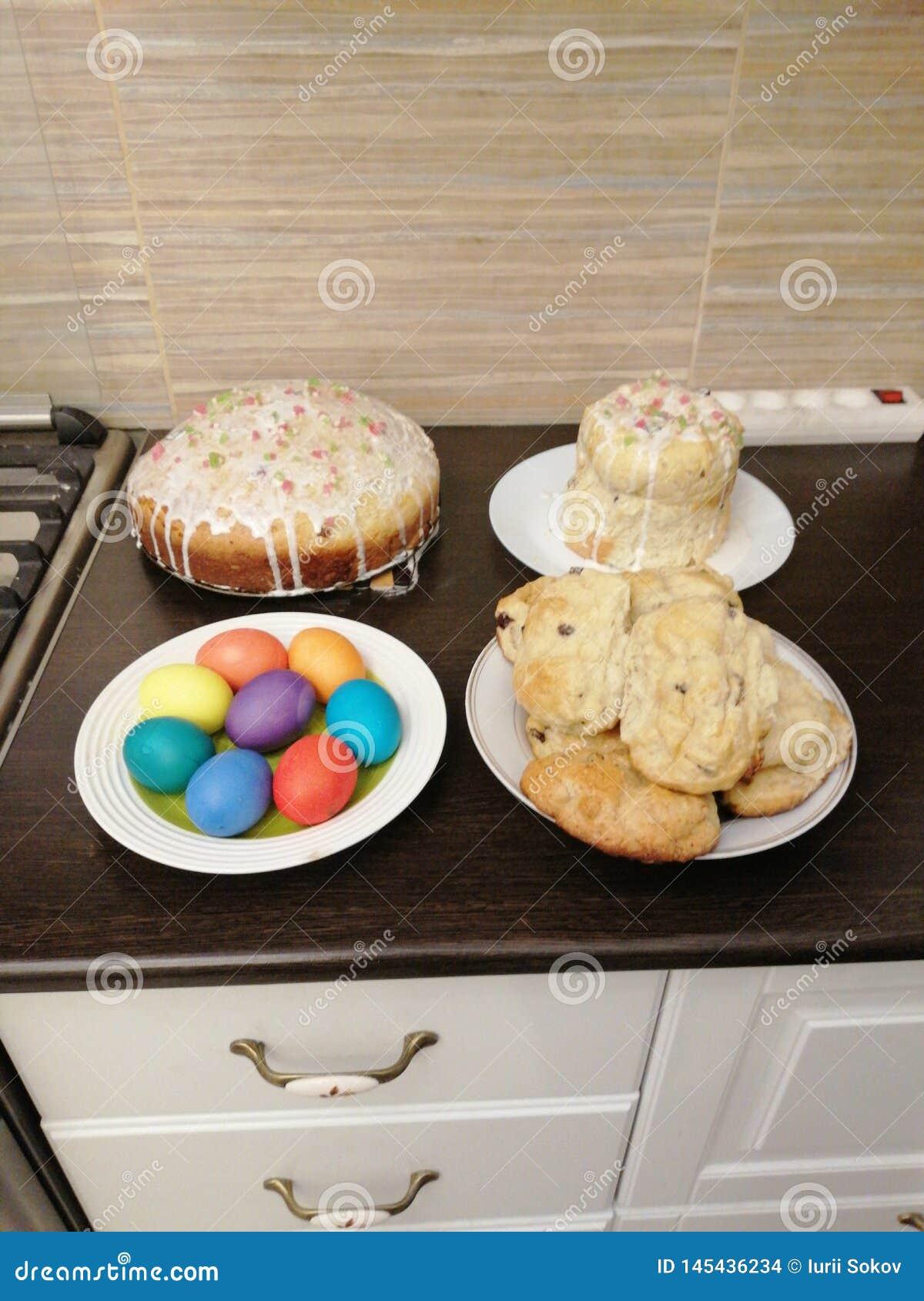 Ostereier, Torten und Brötchen mit Rosinen