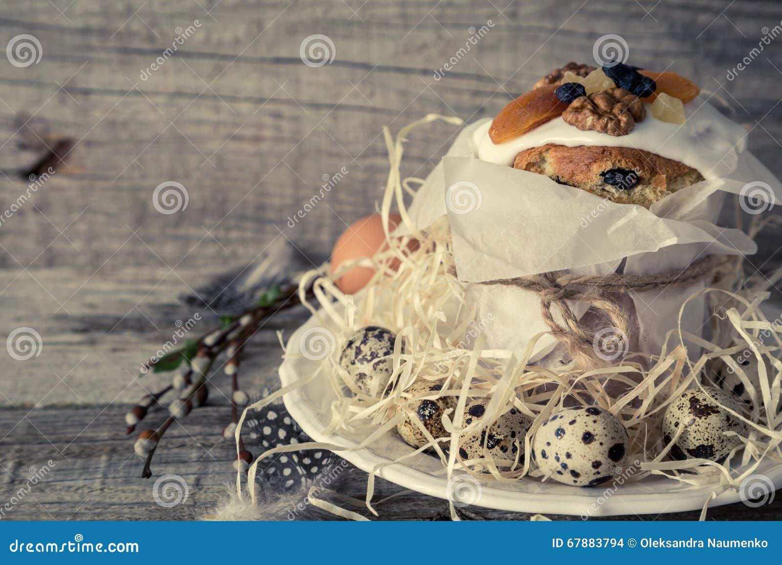 Ostern backt mit Eiern, rustikaler hölzerner Hintergrund zusammen