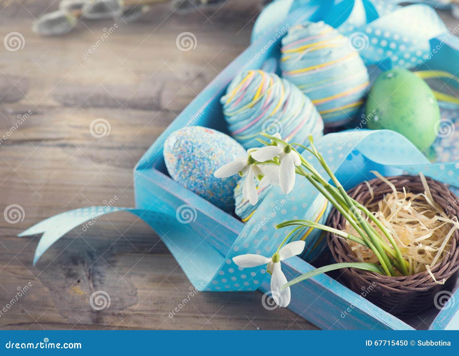 Ostern Bunte Blaue Eier Und Frühlingsschneeglöckchenblumen Stockfoto