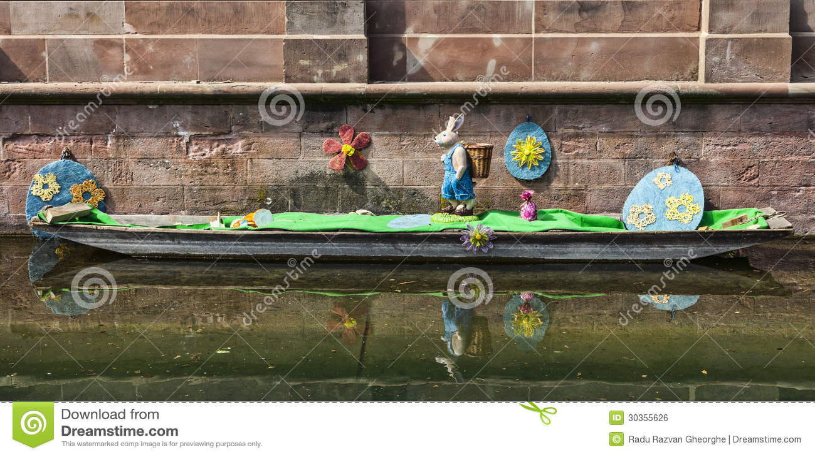 Ostern dekoration auf einem kanal in colmar redaktionelles Dekoration frankreich