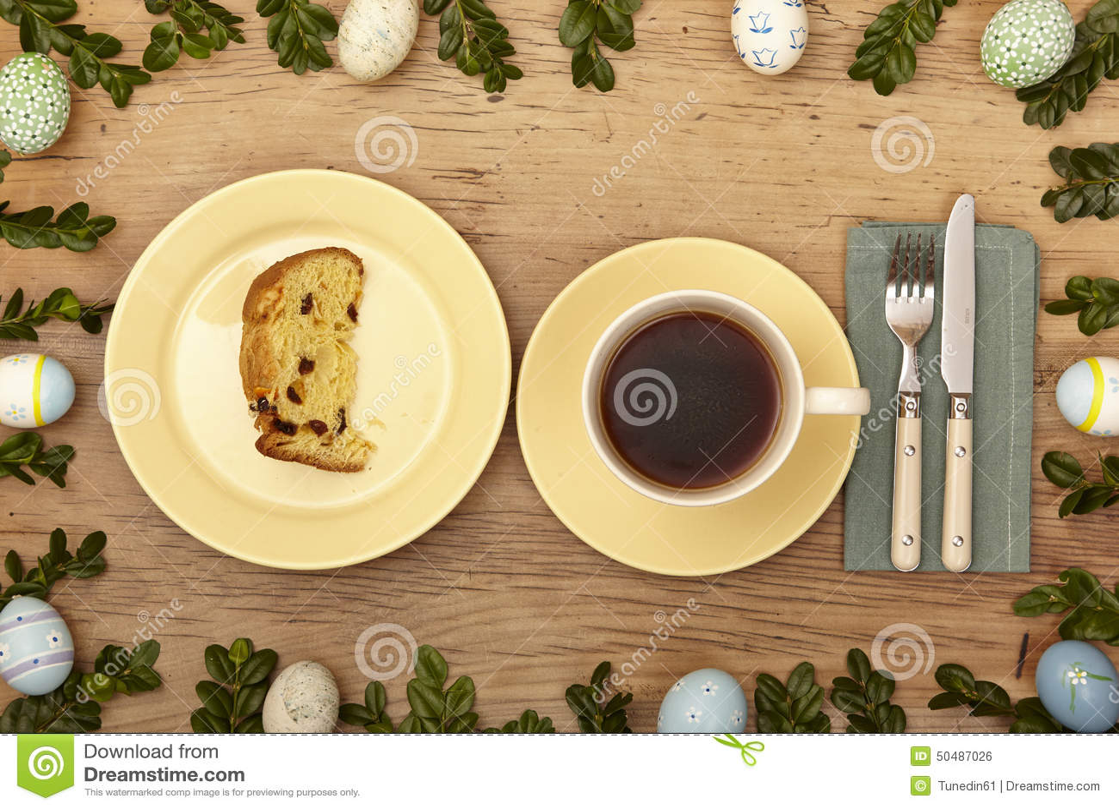 Download Ostern Dekoration, Kaffeetasse, Platte Mit Kuchen Auf Holz  Stockfoto   Bild Von