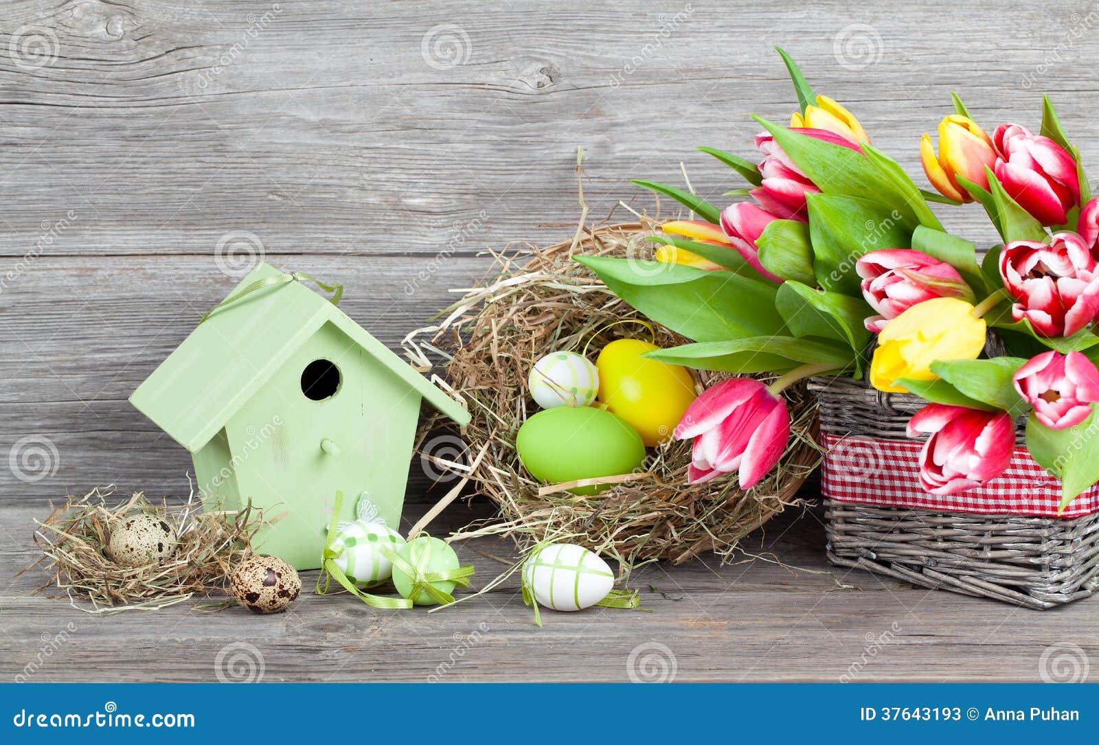 Ostern dekoration mit eiern vogelhaus und tulpen for Ostern dekoration