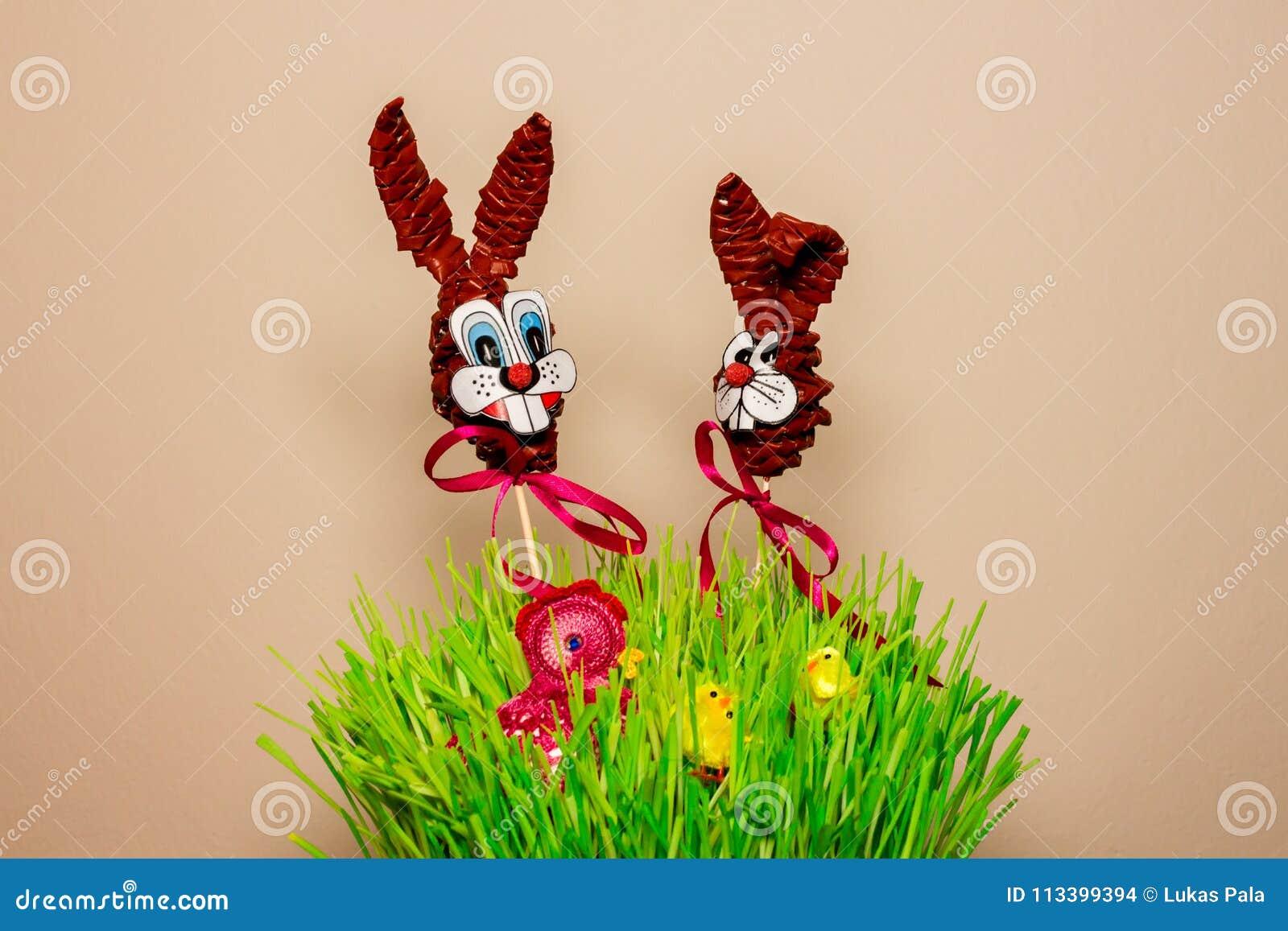 Ostern-Dekoration mit Häschen und Henne