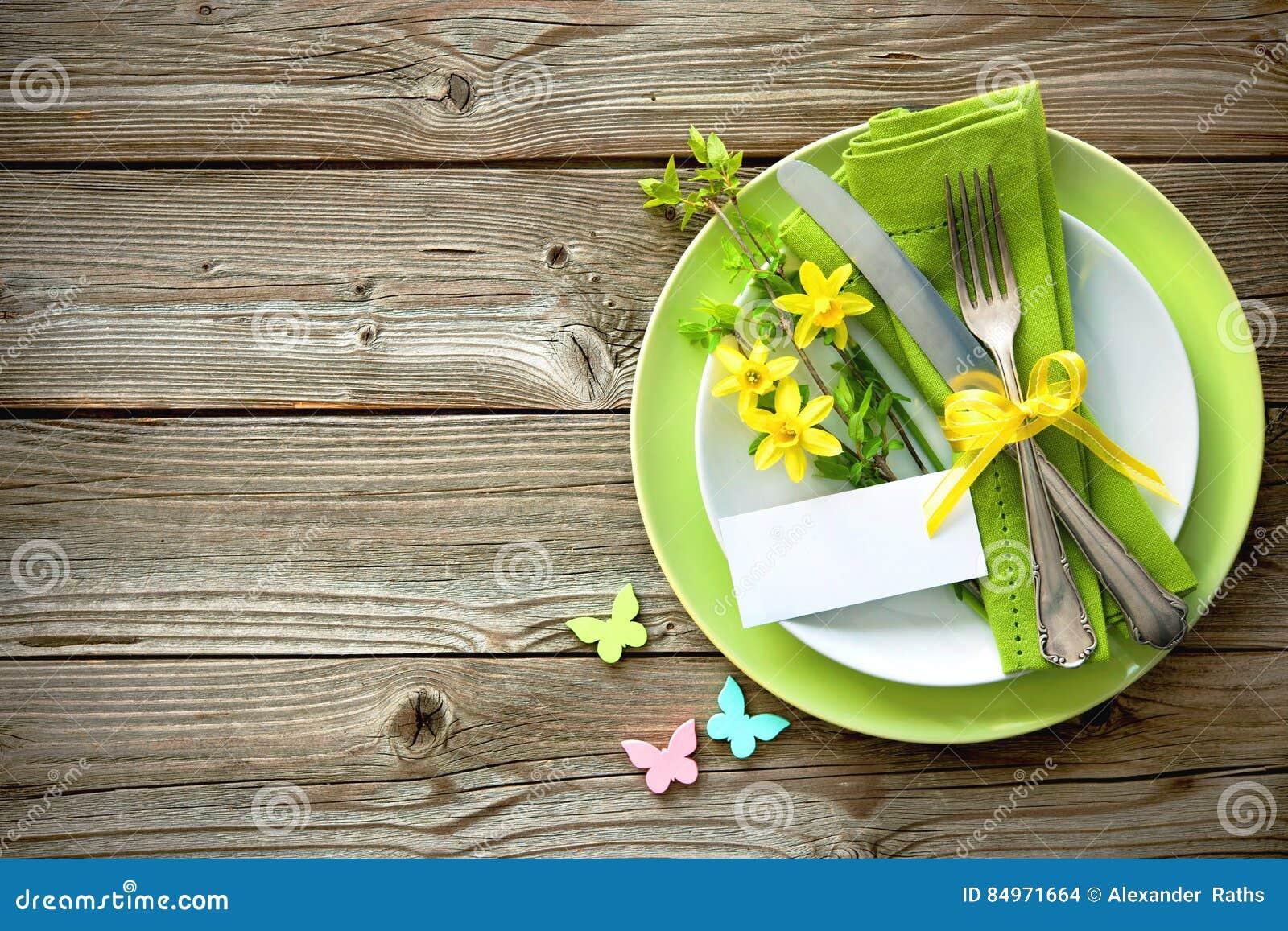 Ostern-Gedeck mit Narzisse und Tischbesteck