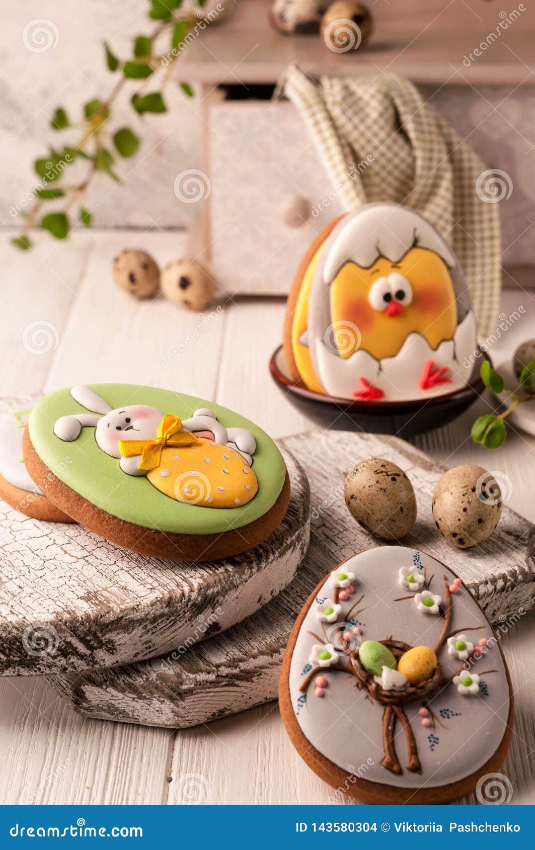 Ostern-Grünplätzchen mit gemaltem Osterhasen, Ostereier und ausgebrütetes Huhn nahe Wachteleiern, dekoratives Buffet und Serviett