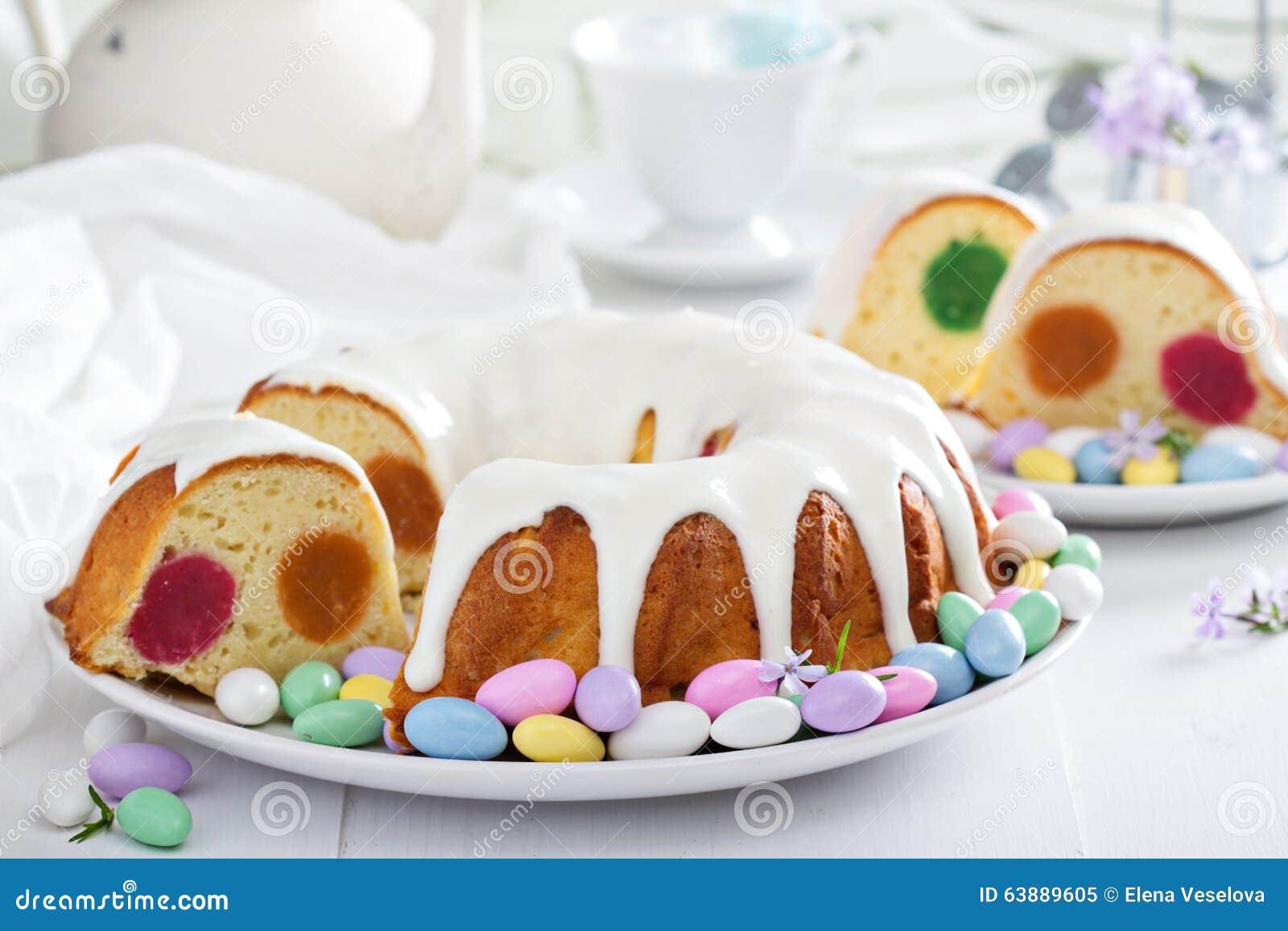 Ostern Kuchen Mit Bunter Fullung Und Glasur Stockbild Bild Von
