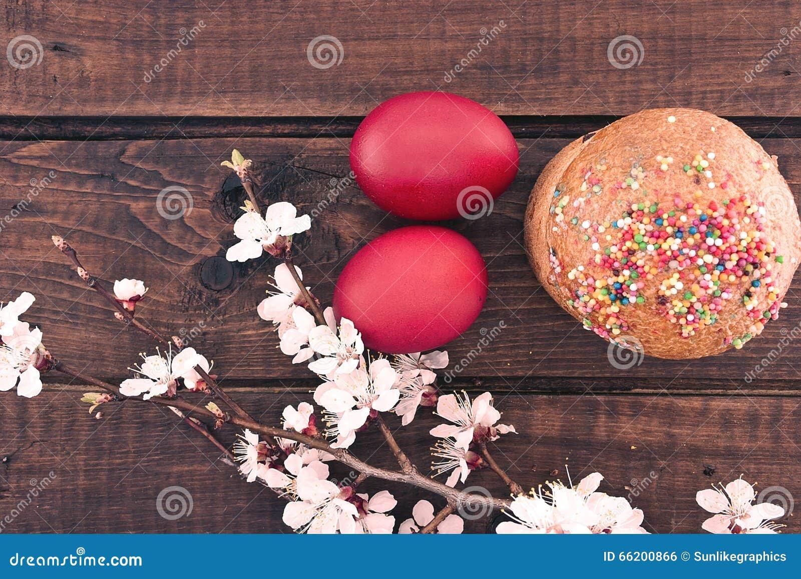 ostern kuchen und rote eier auf rustikalem holztisch beschneidungspfad eingeschlossen stockfoto. Black Bedroom Furniture Sets. Home Design Ideas